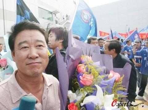 图文-南京球迷欢迎冲超英雄裴恩才不知说什么好了