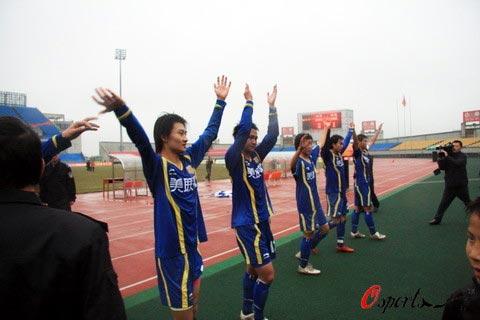 图文-[中甲]四川队3-1延边队感谢父老乡亲