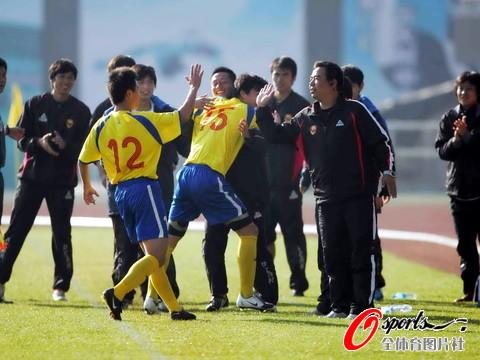 图文-[中乙总决赛]湖南5-3绿茵队与教练组共庆