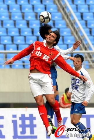 图文-[中甲]沈阳东进0-0上海中邦莱昂纳多争头球