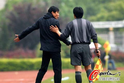 图文-[中甲]湖南湘涛2-1上海东亚范志毅不满判罚