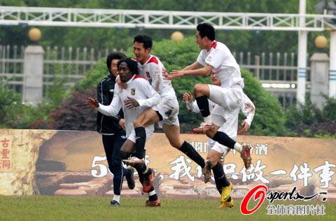 图文-[中甲]湖南湘涛2-1上海东亚布朗扳平比分