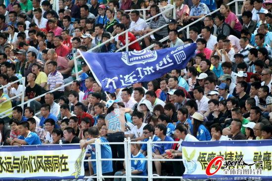 图文-中甲第11轮阿尔滨对阵重庆 大连球迷热情很高