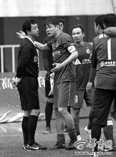 范志毅不服进球判罚,冲向角旗附近与裁判理论 华商报记者 闫文青/摄