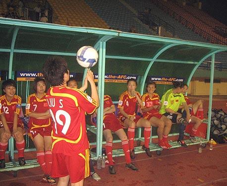 图文-[亚洲杯]中国队VS朝鲜队 刘卅队友面前展球技