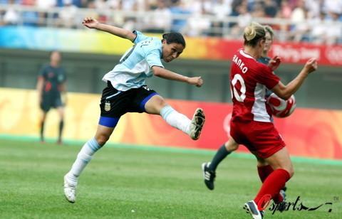 图文-[奥运会]加拿大女足VS阿根廷 科罗内尔射门