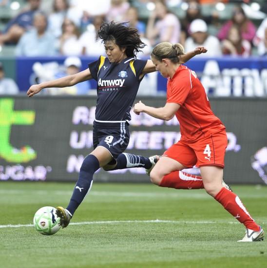 图文 美女足职业赛揭幕洛杉矶胜 韩端及时出脚