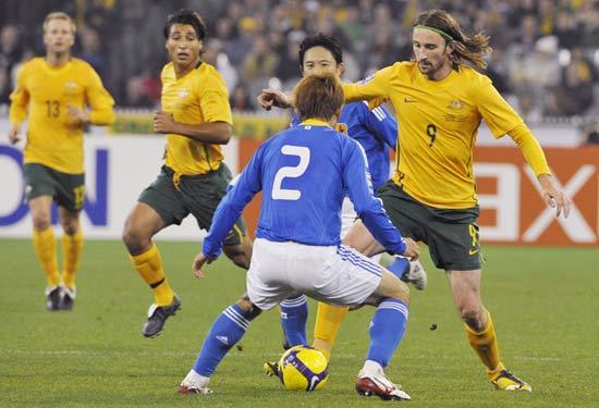 图文-[十强赛]澳大利亚VS日本肯尼迪带球突破