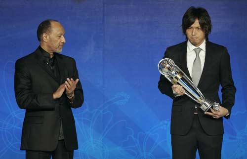 图文-2009亚足联颁奖晚会举行远藤保仁手捧奖杯