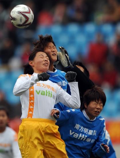 图文-女足明星争霸赛南方3-0北方双方队员门前混战