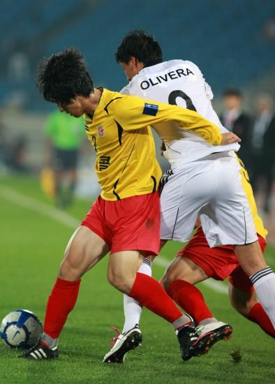 图文-城南一和挺进亚冠决赛双方球员中场缠斗