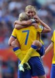 拉尔森与队友拥抱
