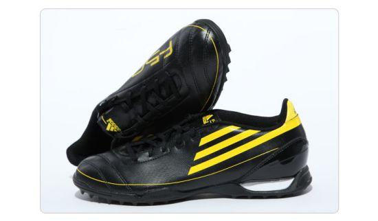 亮丽黑黄男子足球鞋