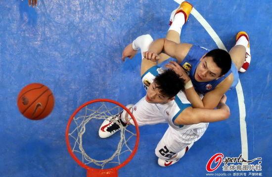 王哲林争篮板