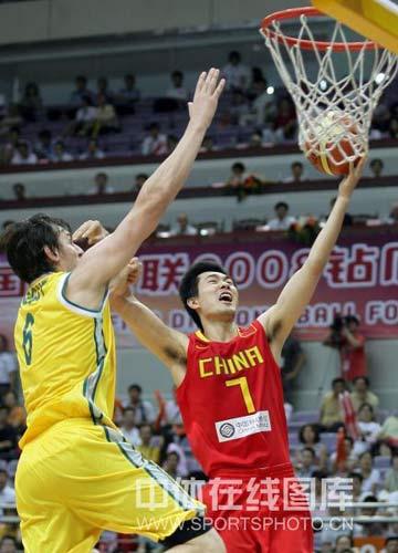 图文-[钻石杯]中国男篮VS澳大利亚 王仕鹏冲到篮下