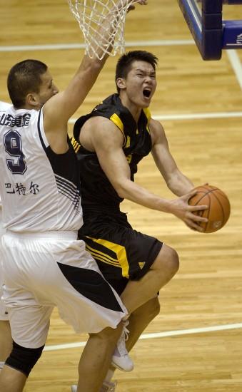 图文-[男篮决赛]山东76-81广东巴特尔封朱芳雨