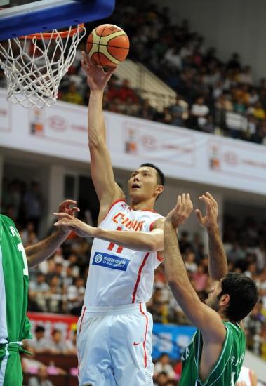 图文-[斯杯]中国男篮VS伊朗阿联篮下无人能挡