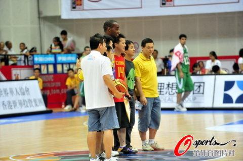 图文-[斯杯]中国男篮VS伊朗兰德里与球迷合影