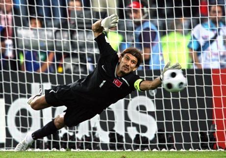 图文-欧洲杯首场点球决战鲁斯图扑住对手点球瞬间