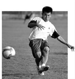 于汉超在训练中练习射门。