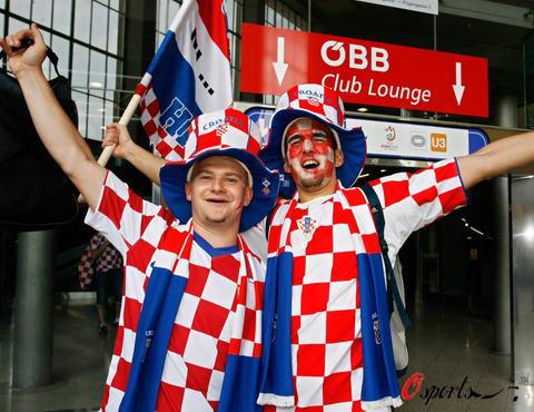 图文-奥克两国球迷赛前造势克罗地亚球迷全副武装