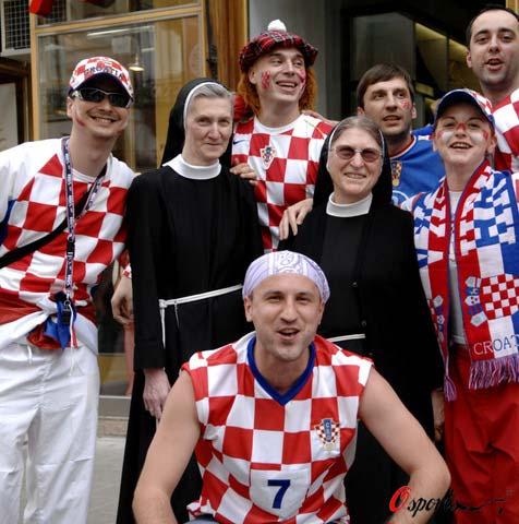 图文-奥克两国球迷赛前造势足球让修女也疯狂