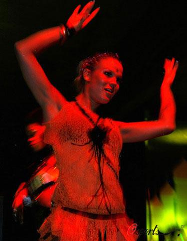 当地美女在夜店热舞为欧洲杯助威