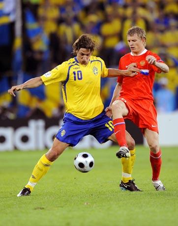 图文-[欧洲杯]俄罗斯VS瑞典伊布借用强悍身体护球