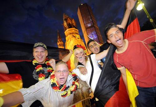 图文-德国球迷喜庆球队顺利晋级又是一个不眠夜