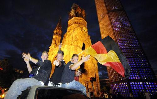 图文-德国球迷喜庆球队顺利晋级来吧和我们狂欢吧