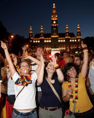 图文-德国球迷喜庆球队顺利晋级一起尽情地欢呼