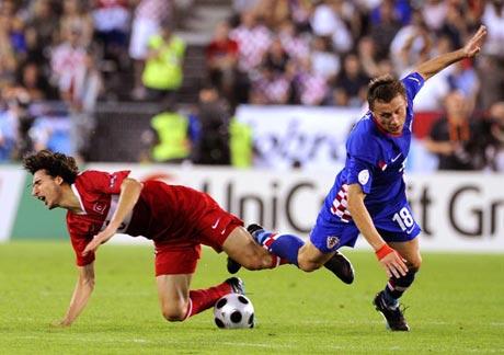 图文-[欧洲杯]克罗地亚VS土耳其双方腿绊在一起