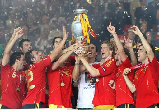 图文-西班牙队夺得欧洲杯冠军德劳内杯属于他们