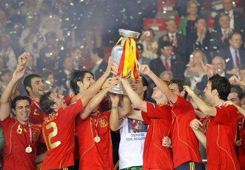 图文-西班牙队夺得欧洲杯冠军争先恐后感受奖杯