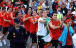 图文-西班牙队参加夺冠庆典西班牙球员即兴起舞