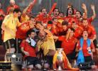 图文-西班牙队参加夺冠庆典拉莫斯强抢麦克风