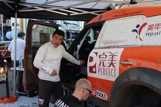 赛况渐佳的2015完美中国・美年大健康・勇之队车手周勇赛后抵达营地。 张千里摄