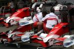 图文-F1车队备战2007收官站 三具丰田TF107前翼总成