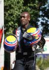 图文-F1法国站第三次练习赛韦伯助理携头盔而来