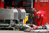图文-F1巴塞罗那试车首日法拉利技师整理加油设备