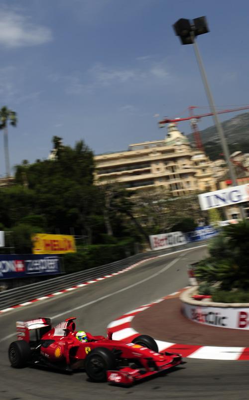 图文-F1摩纳哥站排位赛马萨小心翼翼经过大酒店弯