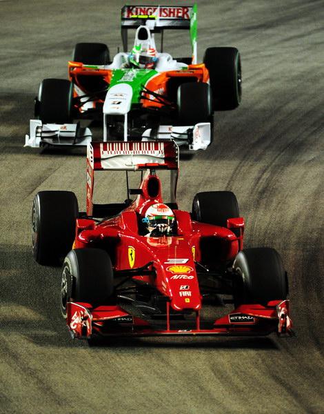 图文-F1新加坡站正式比赛费斯切拉死抗里尤兹