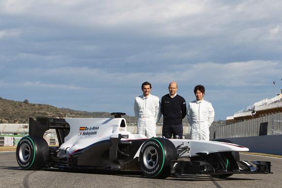 图文-索伯F1车队发布新车C29索伯先生与新车合影