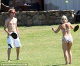 维泰尔和女友玩网球