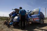 技术人员修理赛车