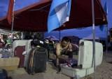 魏广辉在营地整理物品