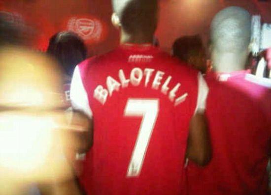 雷人球迷穿巴洛特利球衣