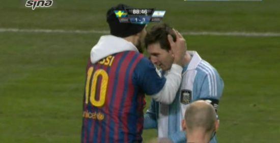 穿着梅西球衣的球迷冲入场内吻梅西