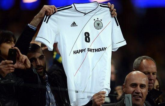 球迷祝厄齐尔25岁生日快乐