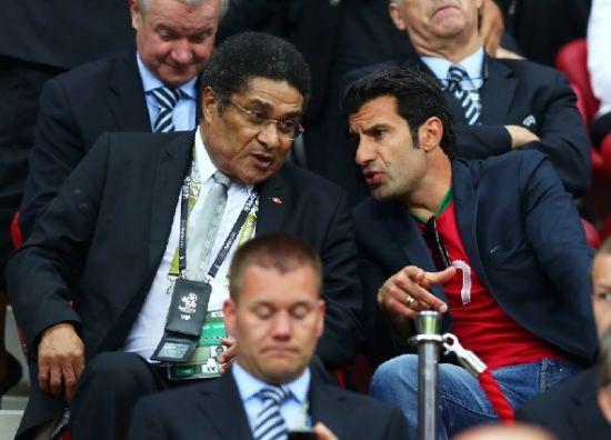 两位葡萄牙足坛传奇菲戈和尤西比奥现场观战